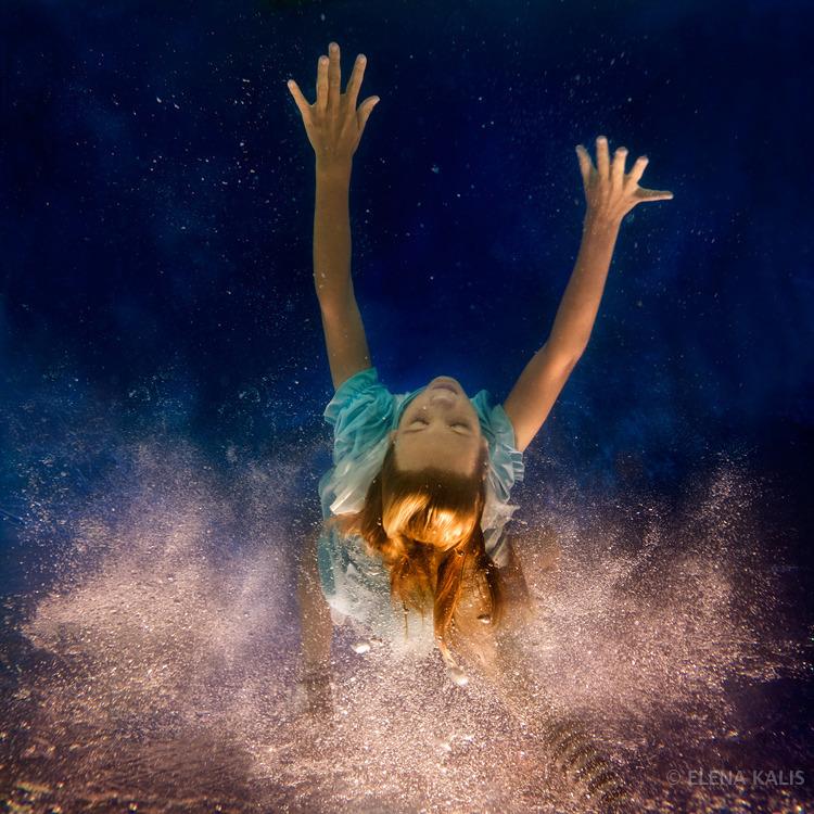 Questa immagine ha l'attributo alt vuoto; il nome del file è alice_underwater4-copy.jpg