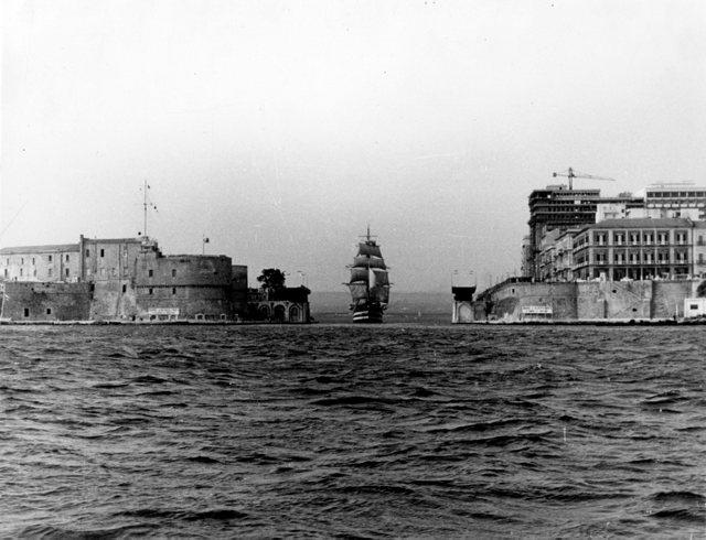 Il Vespucci transita nel canale navigabile di Taranto