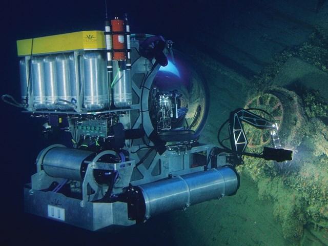 Triton 3300 one man submarine filming at the Britannic