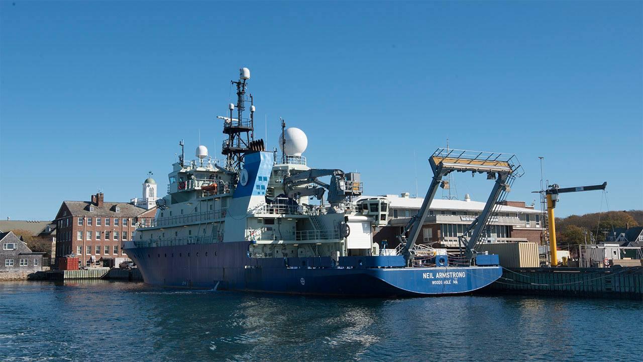 3.La nave da ricerca N. Armstrong attraccata al molo del WHOI (K. Kostel – WHOI)