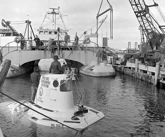 4.Alvin con la sua prima nave appoggio Lulu (C. Hinton –WHOI)