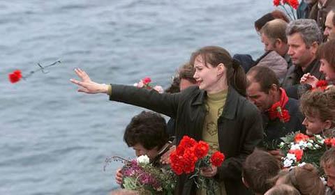 La tragedia del sottomarino Kursk: dopo diciassette anni un ricordo di quei marinai che persero la vita nelle fredde acque del mare di Barents.