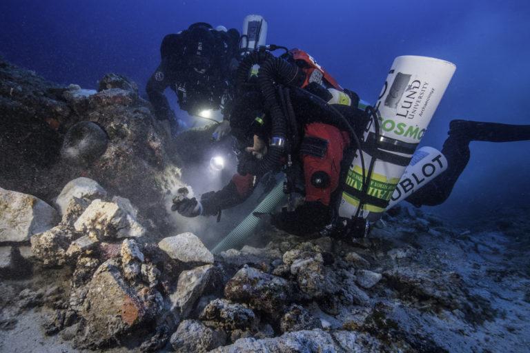 Continuano gli scavi archeologici subacquei ad Anthikitera: nuovi resti di statue nascosti sotto grandi massi