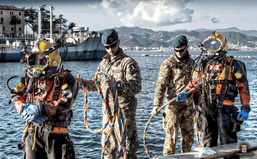 Consegna al COM.SUB.IN. del basco blu ai neo brevettati palombari, fra di loro Chiara Giamundo, prima donna palombaro della Marina Militare Italiana