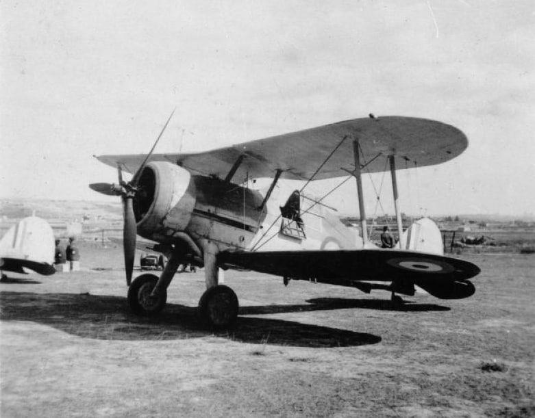 Questa immagine ha l'attributo alt vuoto; il nome del file è gloster-gladiator-at-the-hal-far-airfield.-wikimedia.jpg