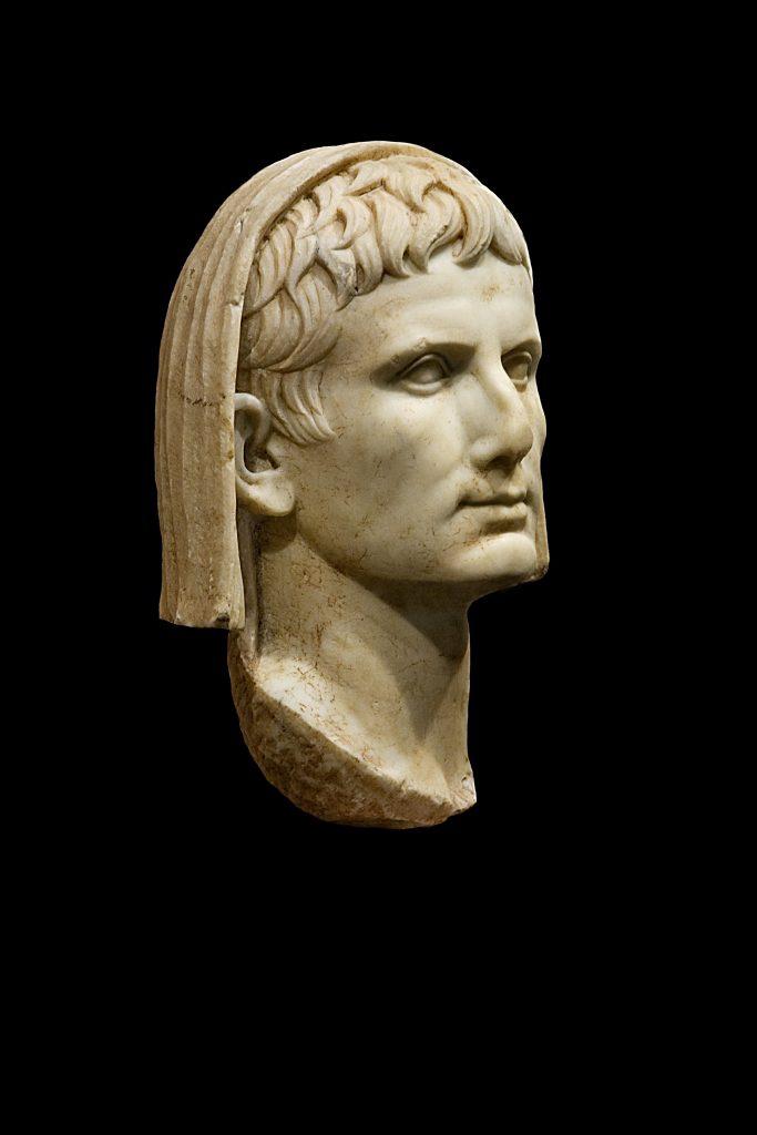Questa immagine ha l'attributo alt vuoto; il nome del file è ottaviano-Augustus-as-Pontifex-Maximus-683x1024.jpg