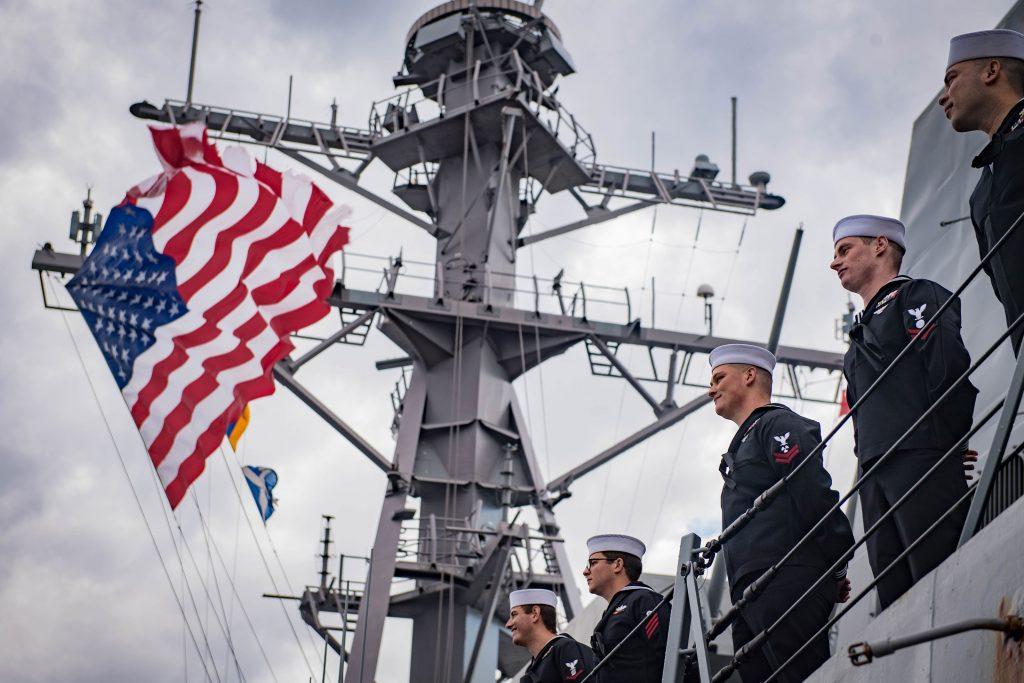 Questa immagine ha l'attributo alt vuoto; il nome del file è navy-homecoming-flag-3200-1024x683.jpg