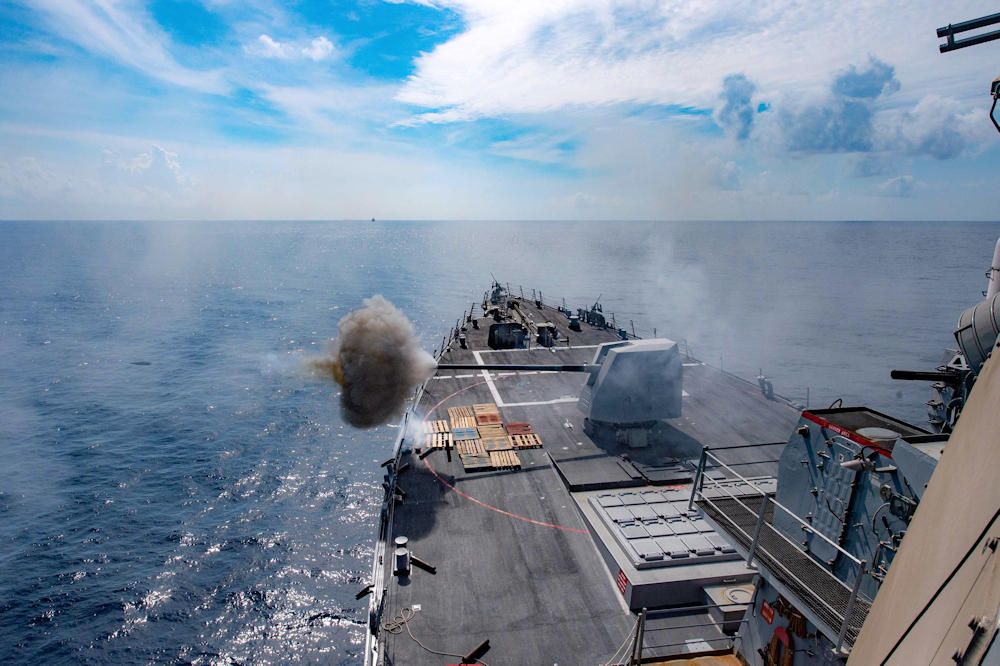 Questa immagine ha l'attributo alt vuoto; il nome del file è The-USS-Winston-S.-Churchill-fires-a-5-inch-gun-during-exercises-in-the-Atlantic.jpg