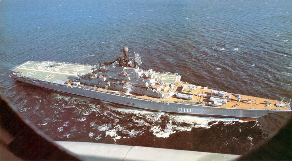 Questa immagine ha l'attributo alt vuoto; il nome del file è russian-yak-soviet-aircraft-carrier-novorossiysk.jpg