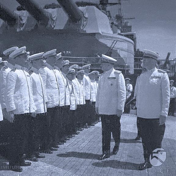 Questa immagine ha l'attributo alt vuoto; il nome del file è ammiraglio-Ricciardi-sul-rn-Littorio-.png