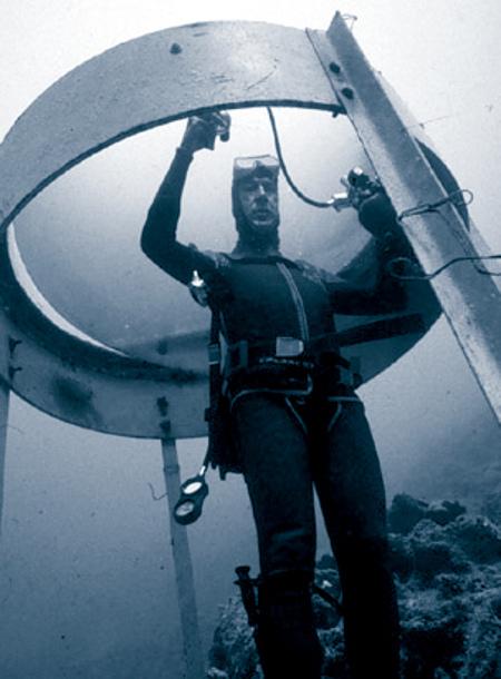Questa immagine ha l'attributo alt vuoto; il nome del file è Underwater-phone-booth.jpg