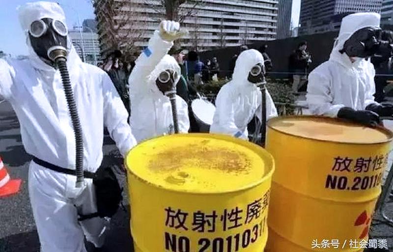 Questa immagine ha l'attributo alt vuoto; il nome del file è fukushima-worker-radioattivita-bidoni.jpg