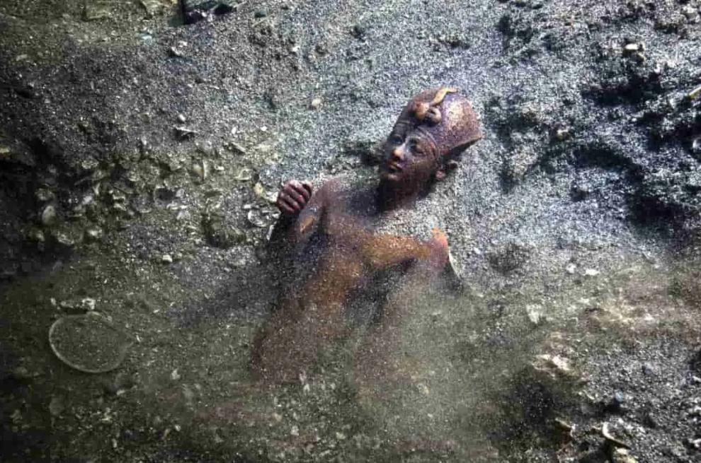 Questa immagine ha l'attributo alt vuoto; il nome del file è Herakleion-3-statua-bronzo.png