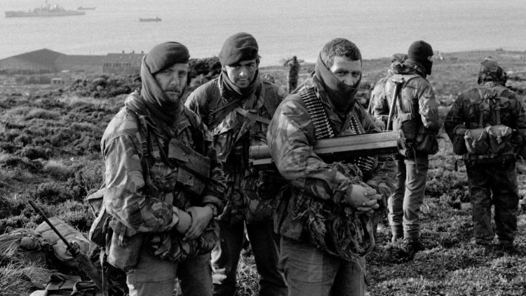 Questa immagine ha l'attributo alt vuoto; il nome del file è Royal-Marines-wait-to-go-on-patrol-from-Ajax-Bay-during-the-Falklands-Conflict-in-1982-DATE-UNKNOWN-CREDIT-PA-Alamy-Stock-Photo.jpg