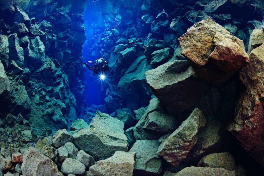 Questa immagine ha l'attributo alt vuoto; il nome del file è diver-shining-light-in-silfra-canyon-1199x800-q80-1024x683.jpg