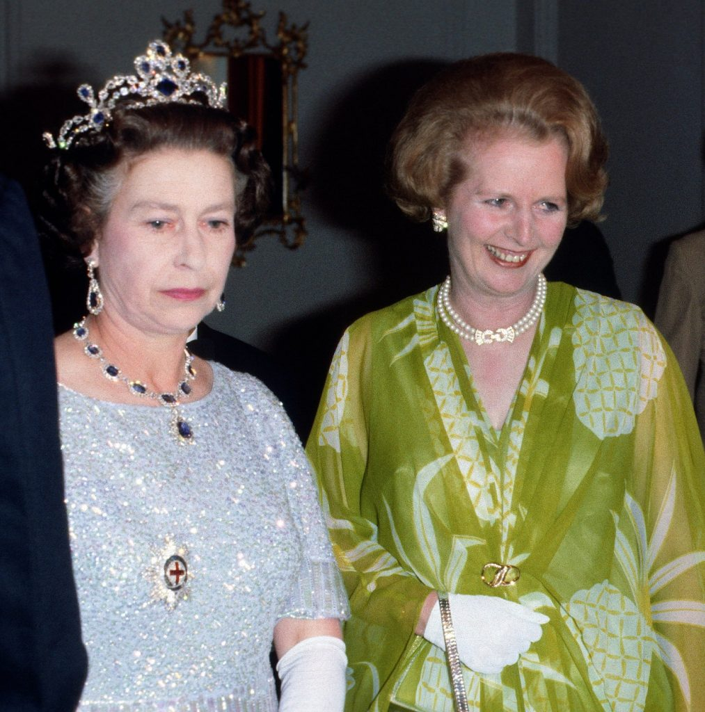 Questa immagine ha l'attributo alt vuoto; il nome del file è margaret-thatcher-queen-elizabeth-the-crown-1013x1024.jpg