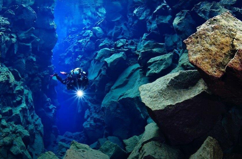 Questa immagine ha l'attributo alt vuoto; il nome del file è silfra-buceo-diving-en-islandia.jpg