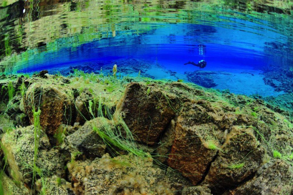 Questa immagine ha l'attributo alt vuoto; il nome del file è wideangle-lagoon-diver-reflection-1199x797-q80-1024x681.jpg