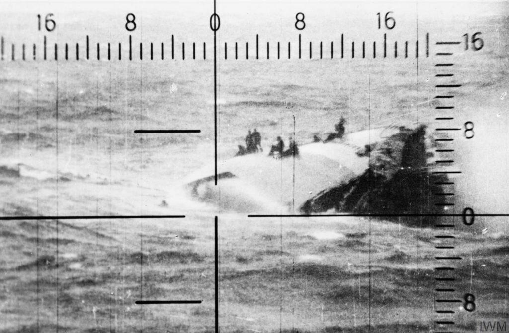 Questa immagine ha l'attributo alt vuoto; il nome del file è Admiral-Hipper-range-finder-showing-survivors-clinging-to-the-capsized-hull-of-HMS-GLOWWORM-IWM-HU2212-1024x671.jpg