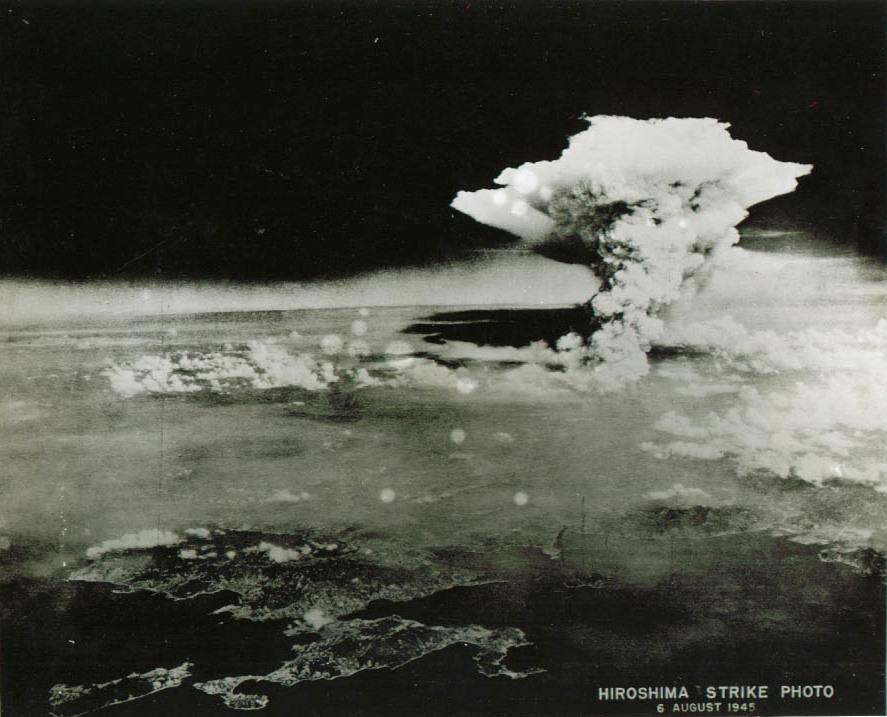 Questa immagine ha l'attributo alt vuoto; il nome del file è Firestorm_cloud_over_Hiroshima_near_local_noon._Aug_6_1945-1.jpg