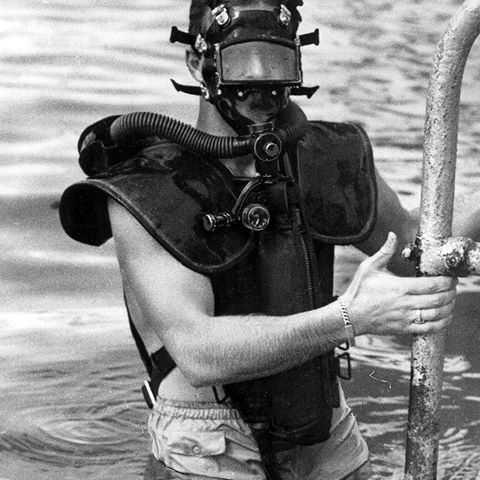 Questa immagine ha l'attributo alt vuoto; il nome del file è Lambertsen_diving.jpg