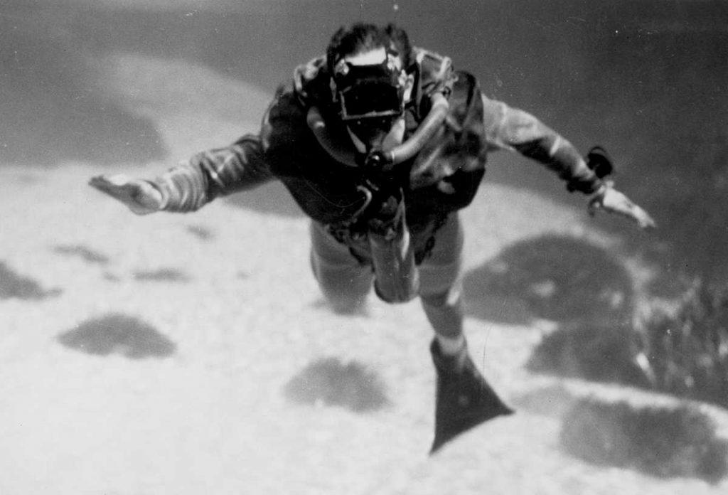 Questa immagine ha l'attributo alt vuoto; il nome del file è Lambertsen_underwater-1024x696.jpg