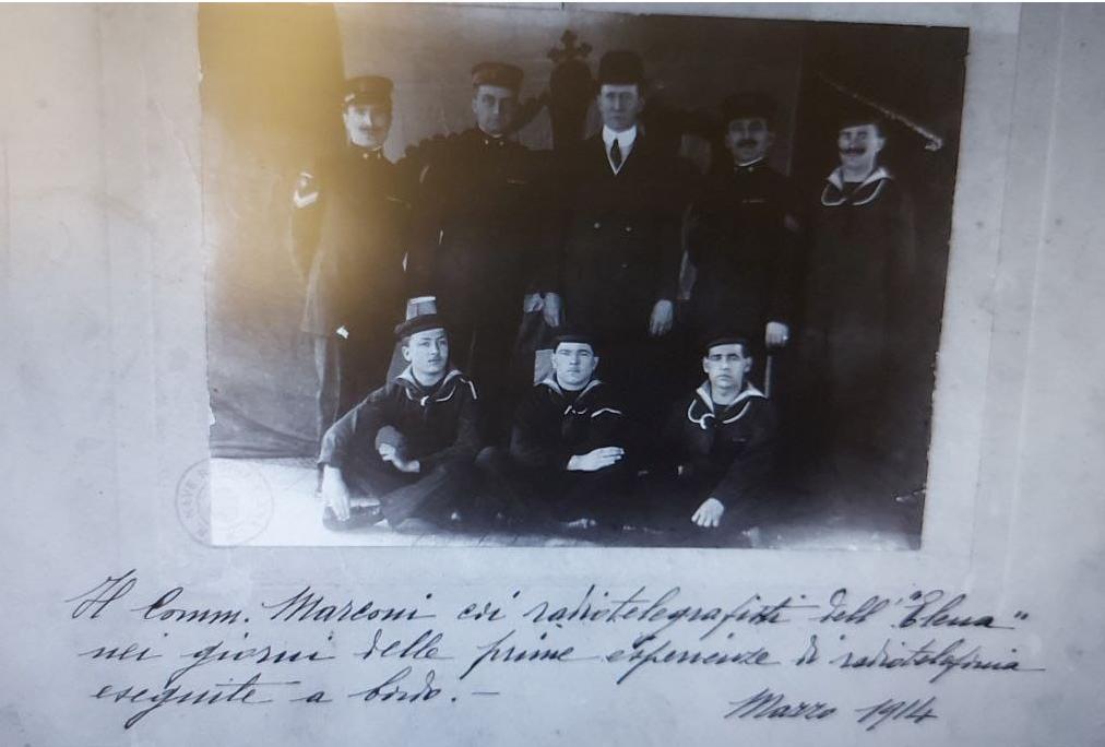Questa immagine ha l'attributo alt vuoto; il nome del file è Marconi-sullElettra.png