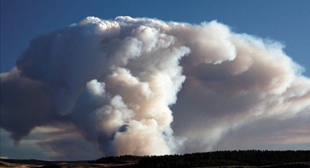 Questa immagine ha l'attributo alt vuoto; il nome del file è Pyrocumulus-as_a_result_of_forest_fires_near_Yellowstone_National_Park_USA.jpg