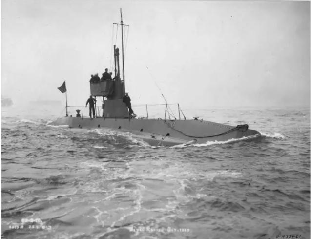 Questa immagine ha l'attributo alt vuoto; il nome del file è USS-C2-4-dicembre-1912-.-il-periscopio-Galileo-e-queelo-piu-in-alto-.-National-Archives-and-record-adnunstrartion.png