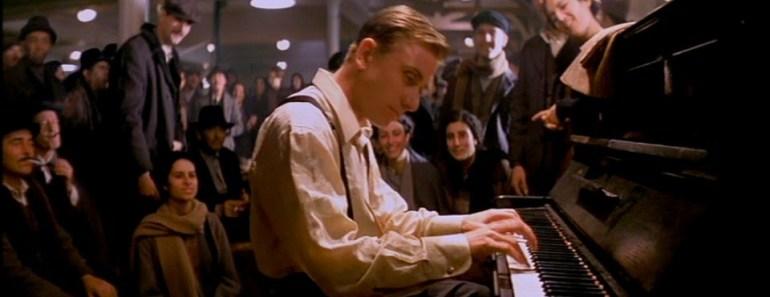 Questa immagine ha l'attributo alt vuoto; il nome del file è la-leggenda-del-pianista-delloceano.jpg