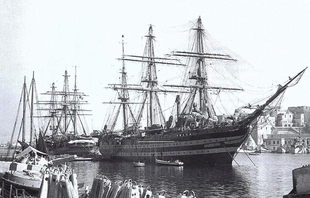 Questa immagine ha l'attributo alt vuoto; il nome del file è vespucci-e-colombo-in-porto-a-Brindisi-dopo-larmistizio-1024x653.jpg