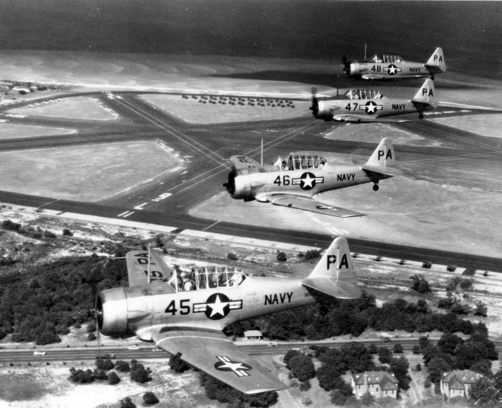 Questa immagine ha l'attributo alt vuoto; il nome del file è SNJ5-1950-IBTU-flyover-Chevalier_Field.jpg