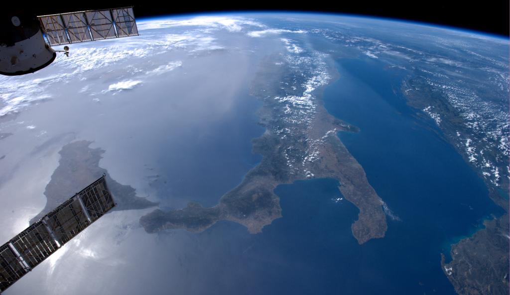 Questa immagine ha l'attributo alt vuoto; il nome del file è italia-from-sapce-satellte-1024x592.png