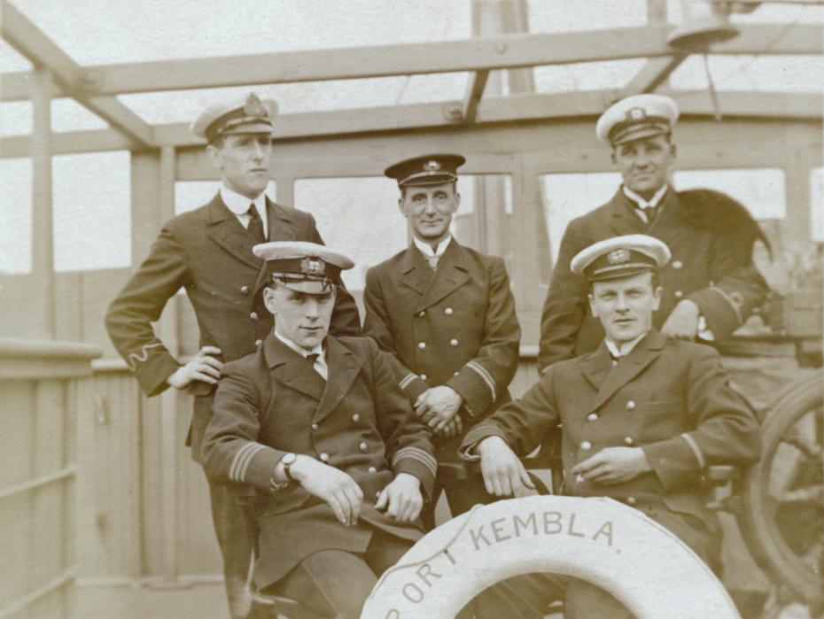 Questa immagine ha l'attributo alt vuoto; il nome del file è port-kembla-officers-abcde930.jpg